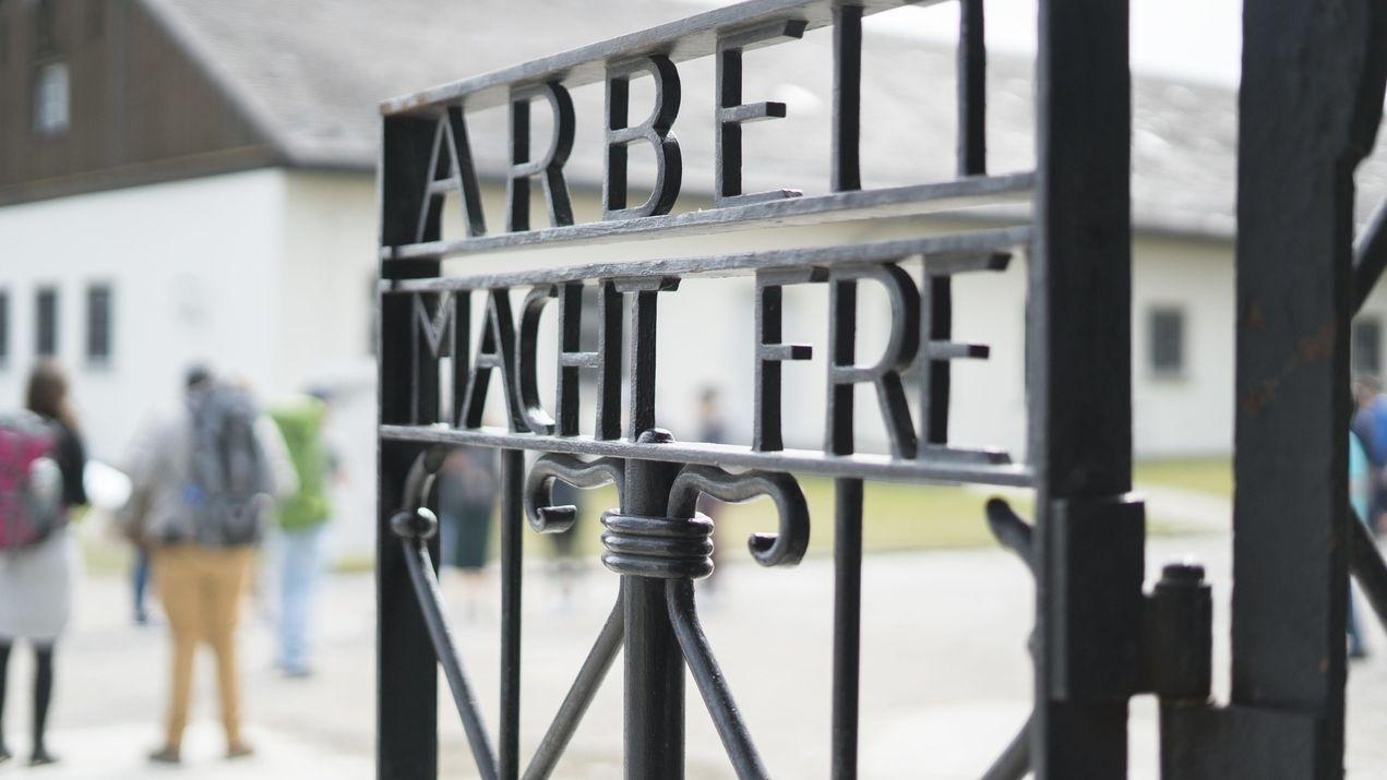 """Original-Inschrift """"Arbeit macht frei"""" am Lagertor"""