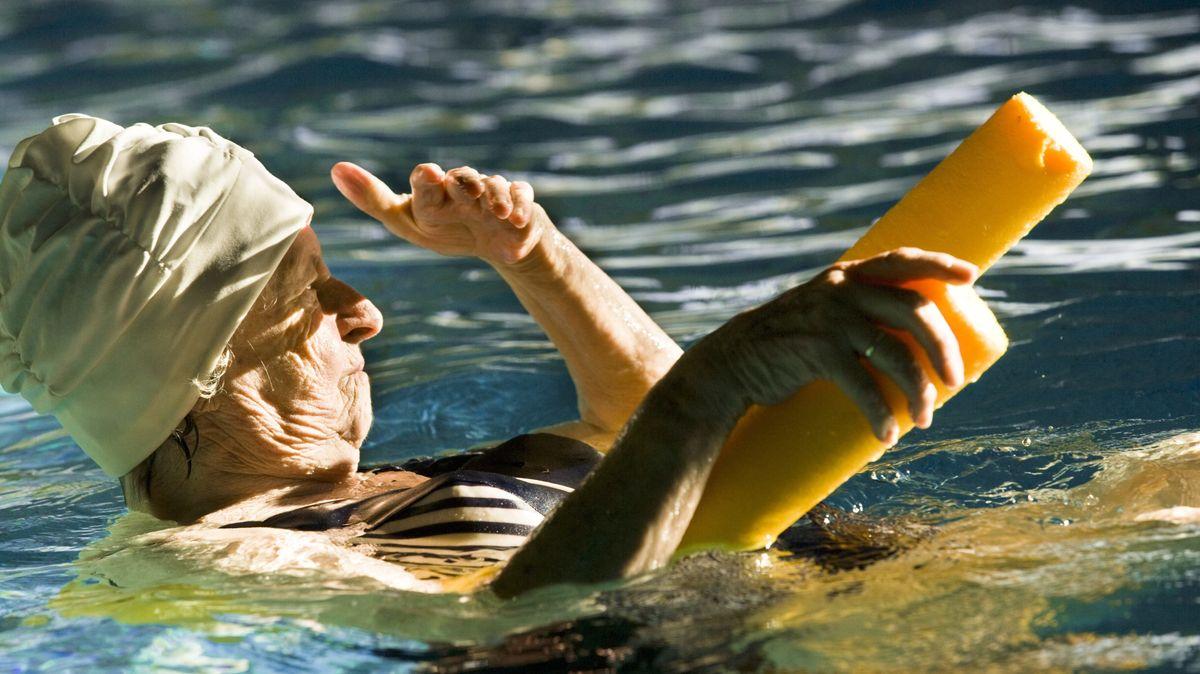 Seniorin in einem Schwimmbad. (Symbolbild)