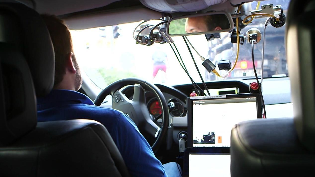Ohne Hand am Steuer: Autonomes Fahren mit dem Sicherheitspiloten auf der Teststrecke