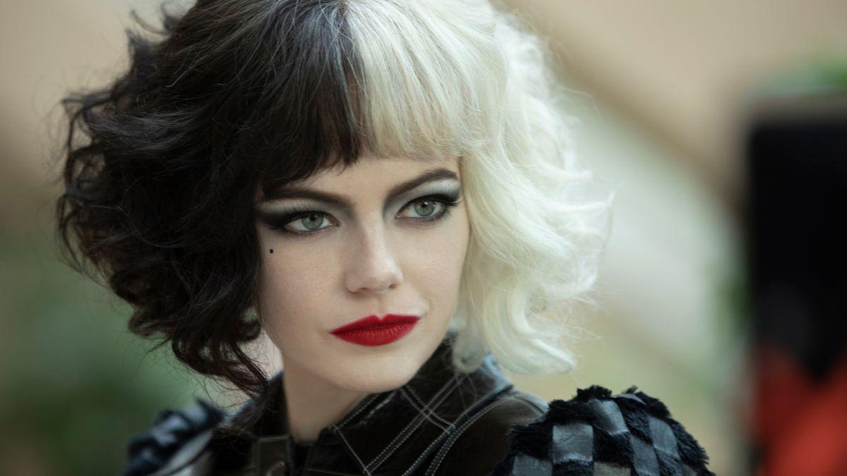 Man sieht die Schauspielerin Emma Stone stark geschminkt und mit Haaren auf der einen Seite schwarz, auf der anderen weiß.