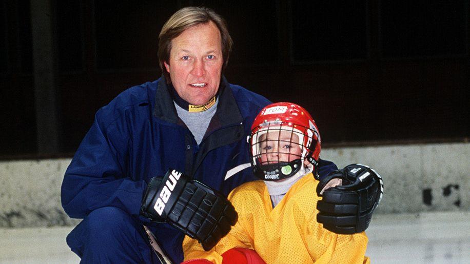 1998: Kühnhackl trainiert die Bambinis vom EV Landshut, unter ihnen auch sein jüngster Sohn Tom