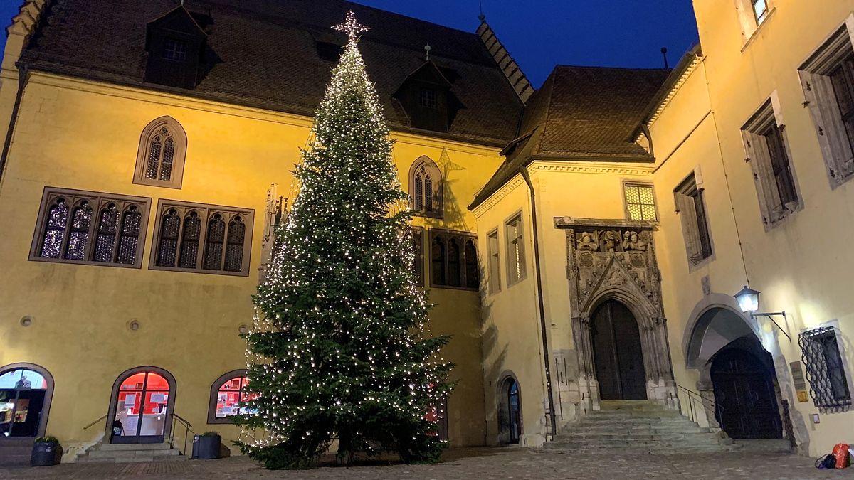 Steht bereits: Der Weihnachtsbaum vor dem Alten Rathaus