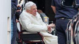Benedikt XVI. bei seiner Ankunft in Regensburg   Bild:picture alliance/Daniel Karmann/dpa