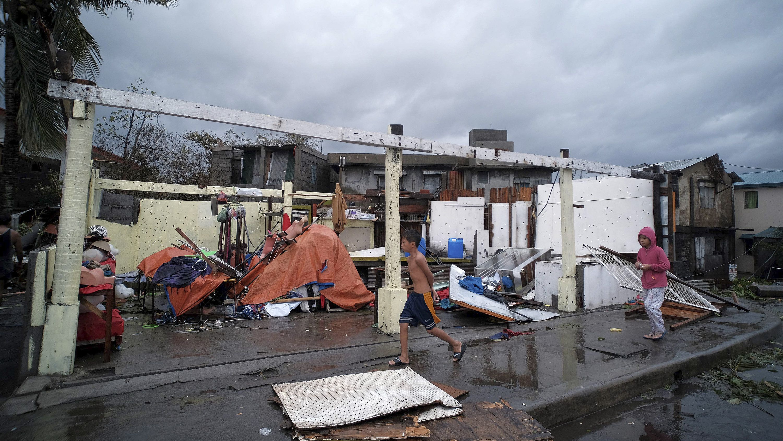 """03.12.2019, Philippinen, Legazpi: Trümmer von Häusern, die durch den Taifun """"Kammuri"""" stark beschädigt wurden"""