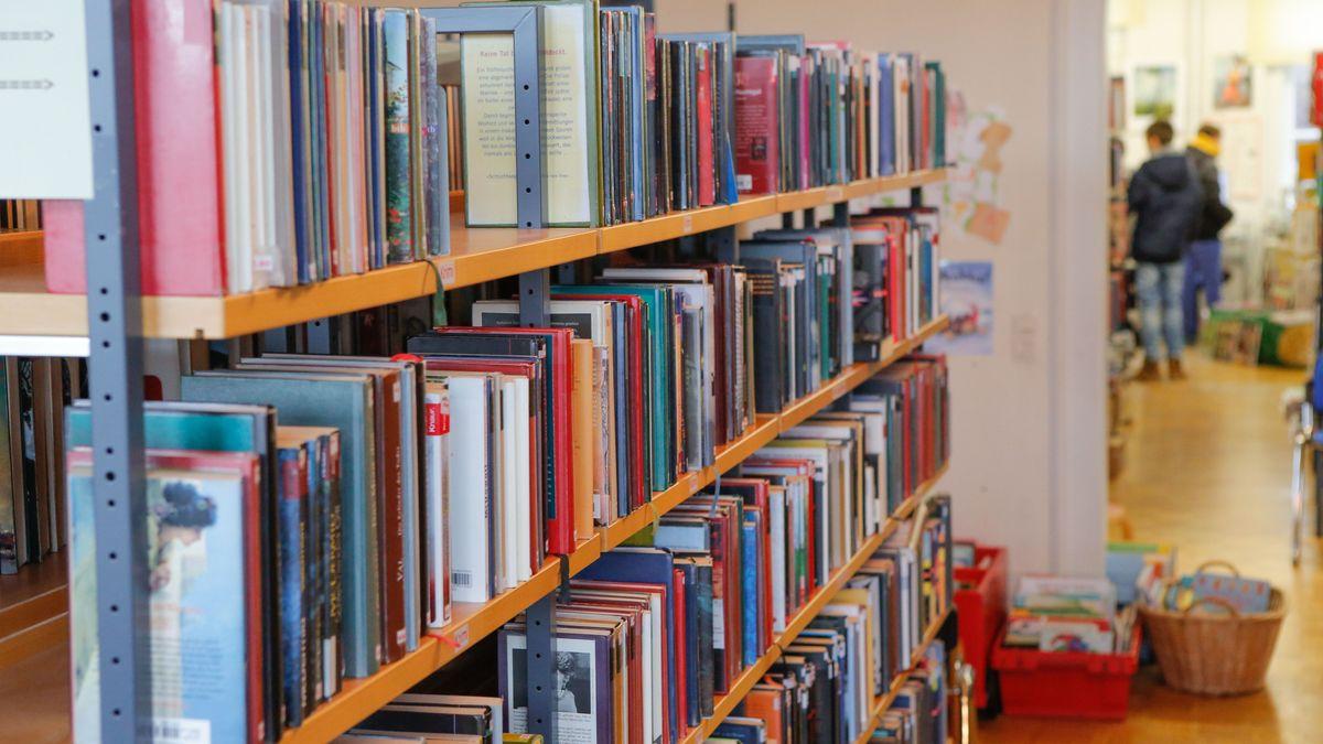 Bücherregal in einer städtischen Bibliothek
