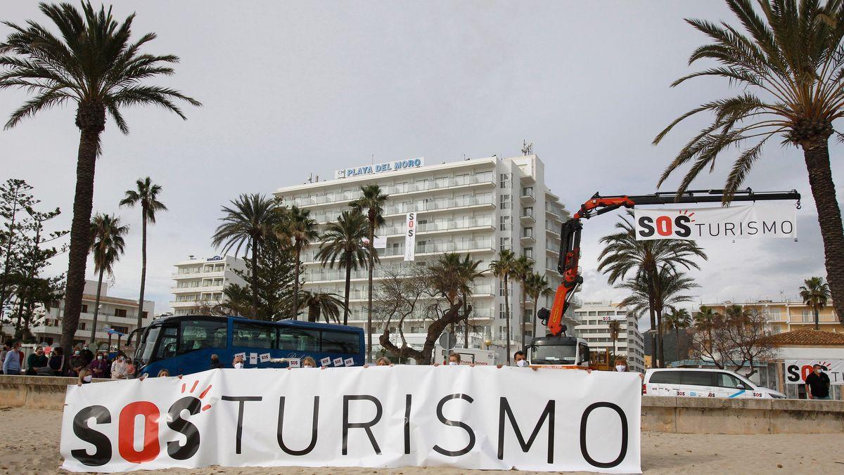 """Demonstranten halten in Palma de Mallorca ein Transparent mit dem Schriftzug """"SOS Tourismo""""."""