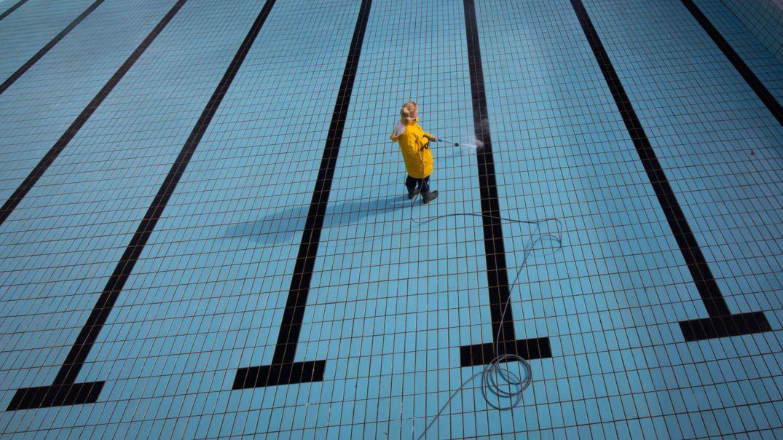 Ein Schwimmbecken wird mit dem Hochdruckreiniger sauber gemacht.