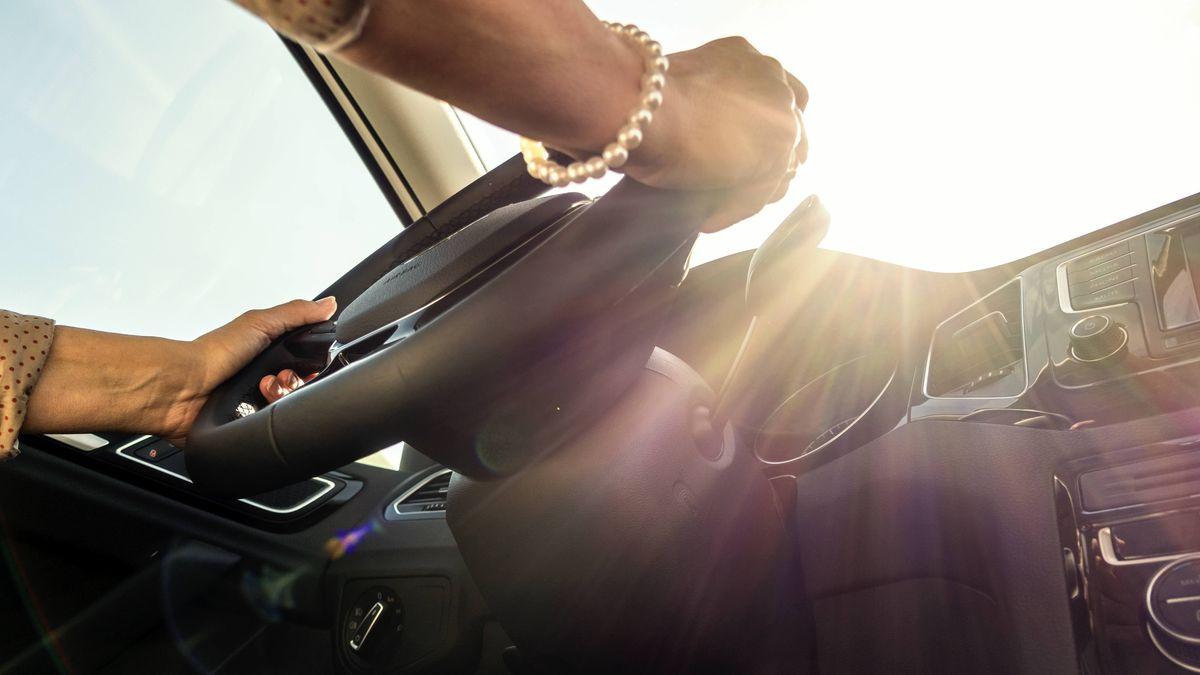 Sonne blendet eine Autofahrerin (Symbolbild)