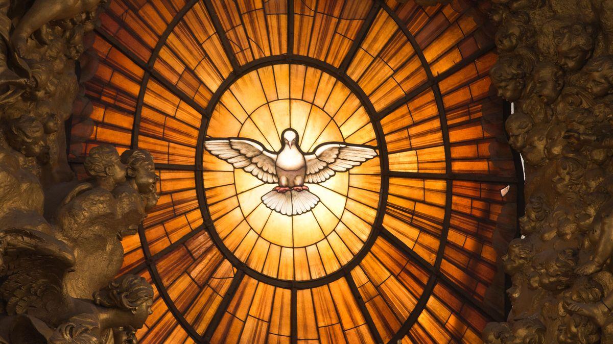 Das Fenster mit der Heilig-Geist-Darstellung leuchtet im Vatikan.