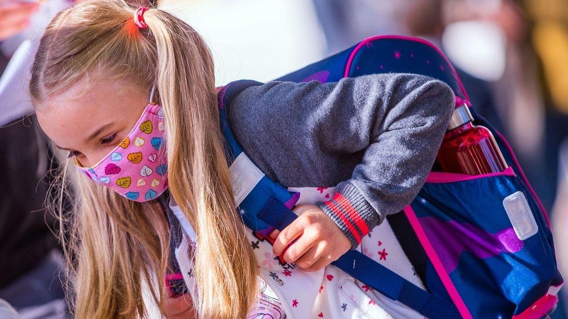 Grundschülerin mit Mund-Nasen-Maske