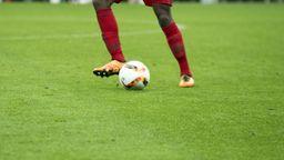 Szene aus einem Fußballspiel   Bild:BR/Philipp Kimmelzwinger