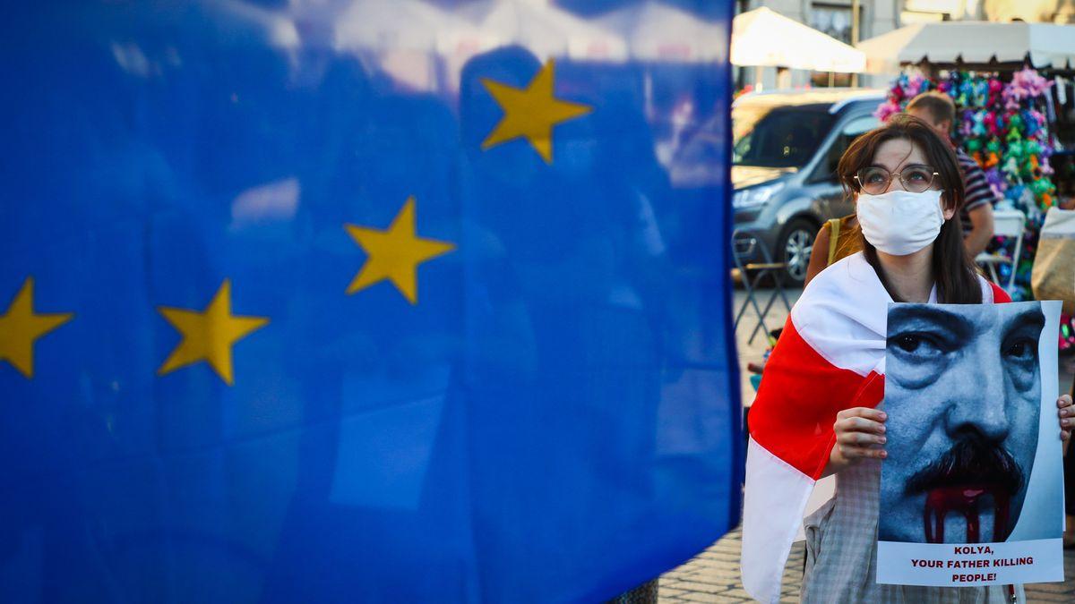 Demonstrantin mit Transparent und EU-Flagge bei einer Solidaritätskundgebung im polnischen Krakau für die Bevölkerung von Belarus.