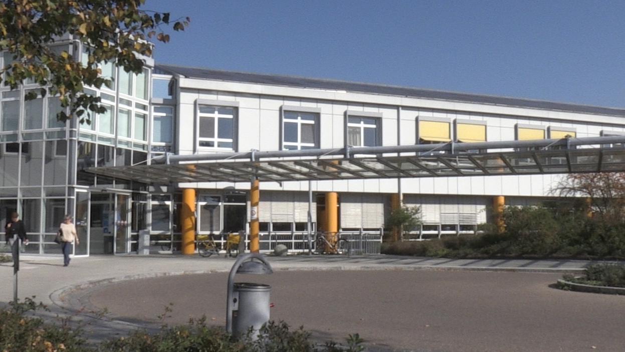 Der Eingang der Donau-Ries-Klinik in Donauwörth