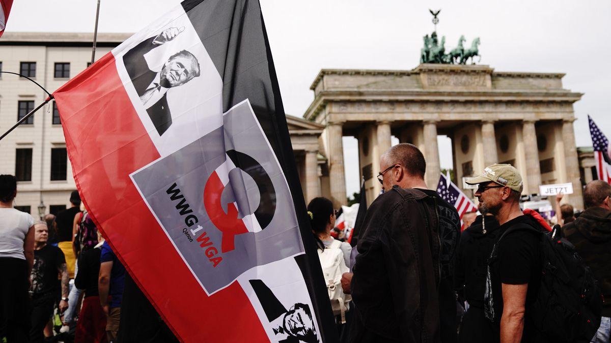 Protestierende mit Reichsbürger- / QAnon-Fahne auf Corona-Demonstration