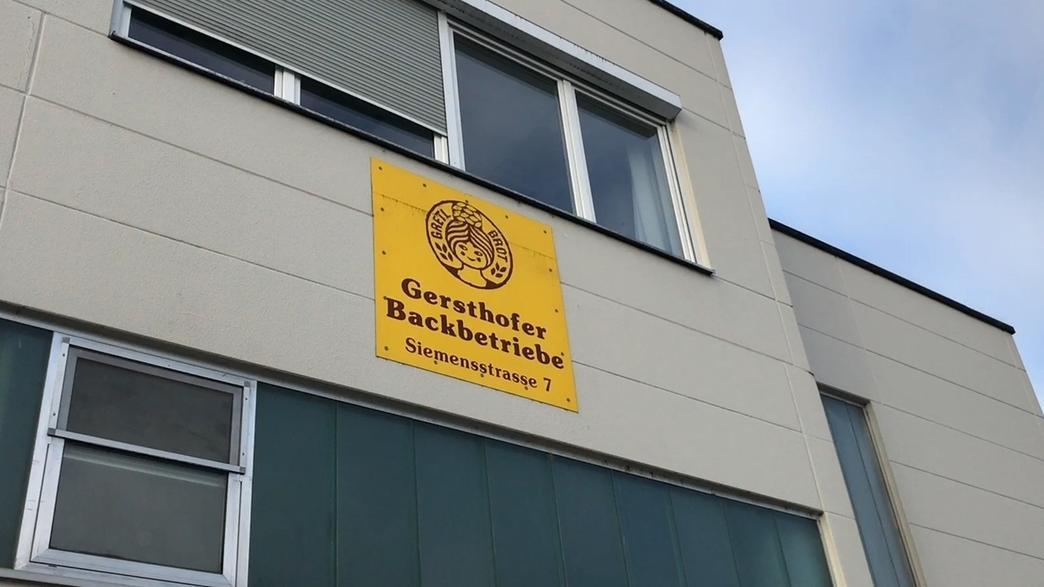 Das Gebäude der Gersthofer Backbetriebe in Gersthofen, im Landkreis Augsburg, mit dem Schild auf dem das Logo des Unternehmens zu sehen ist