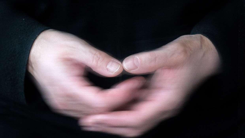 Gefaltete Hände, unscharf