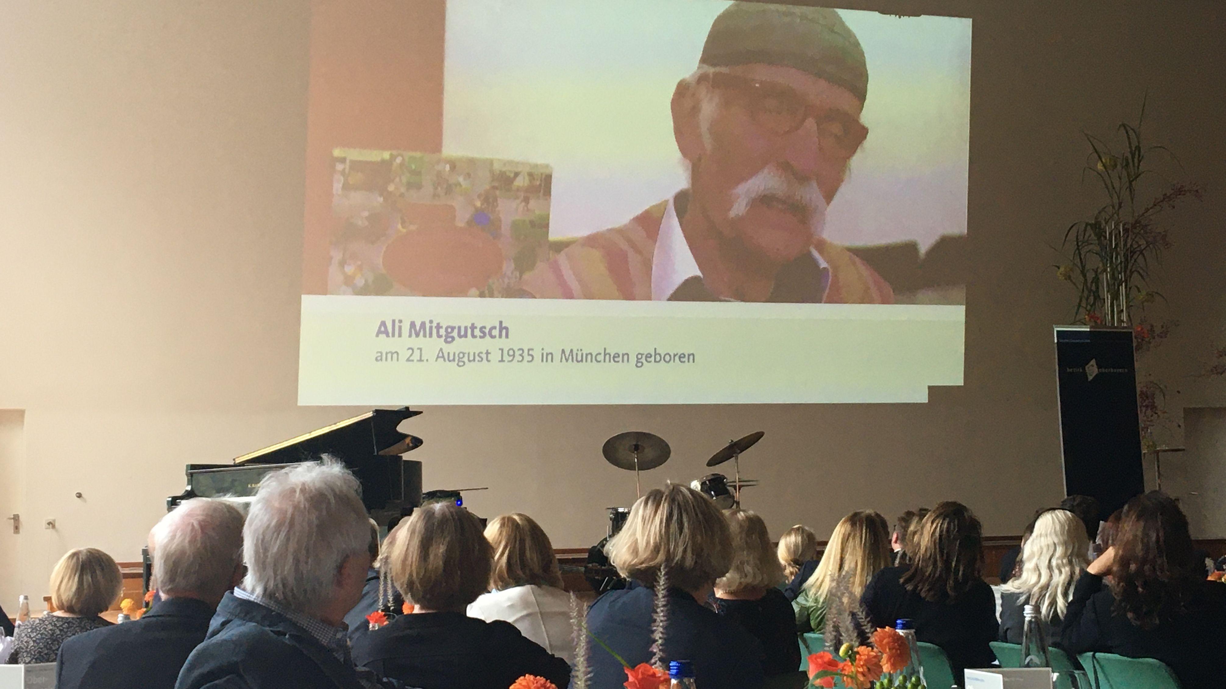 Aus gesundheitlichen Gründen konnte Ali Mitgutsch den Preis nicht persönlich entgegennehmen. Er wurde von seiner Frau vertreten.