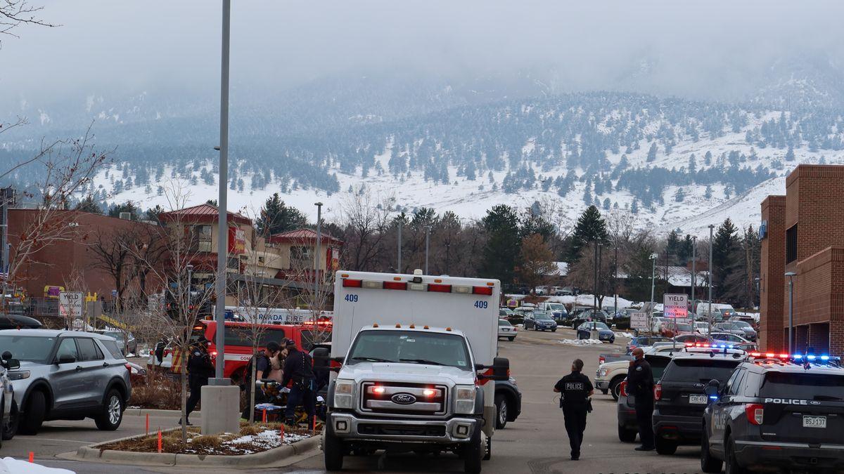 Einsatzkräfte am Tatort in Boulder