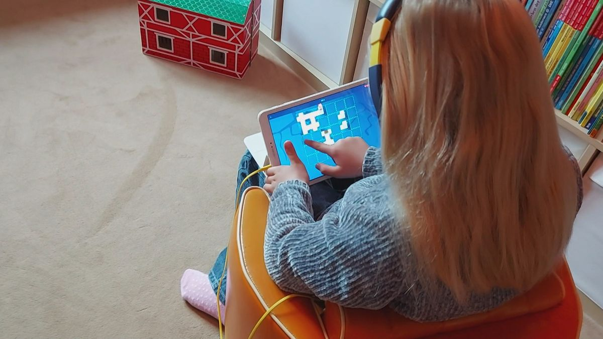 Ein Kind spielt auf einem Tablet-PC