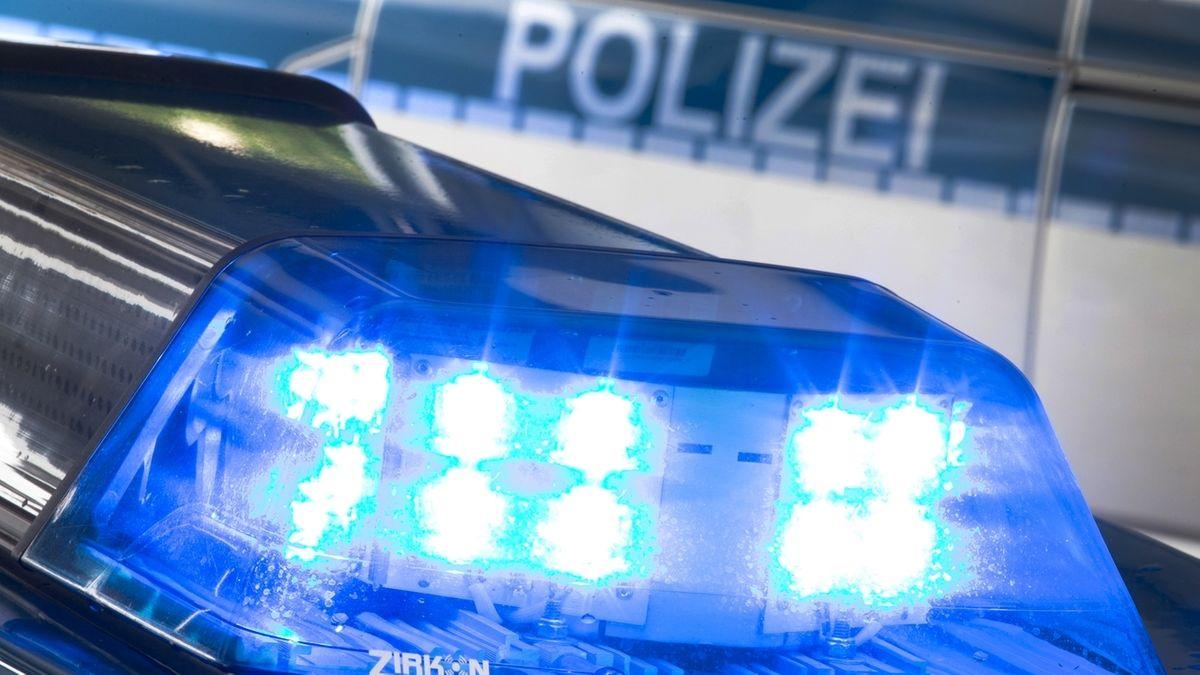 Symbolbild: Blaulicht auf dem Dach eines Polizeiautos