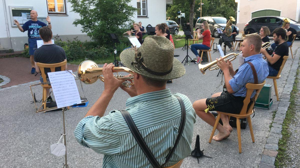 """Auf dem Dorfplatz in Schönau proben die Musikanten der """"Schönauer Musi"""""""