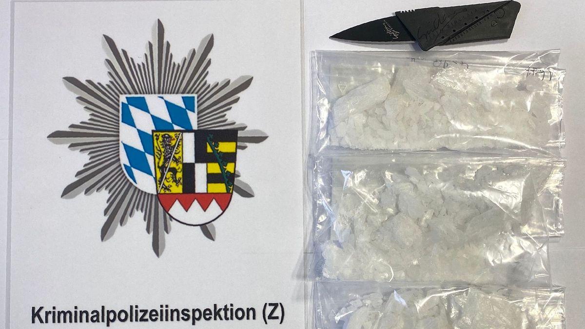 Das von der Polizei sichergestellte Methamphetamin und Kartenmesser.