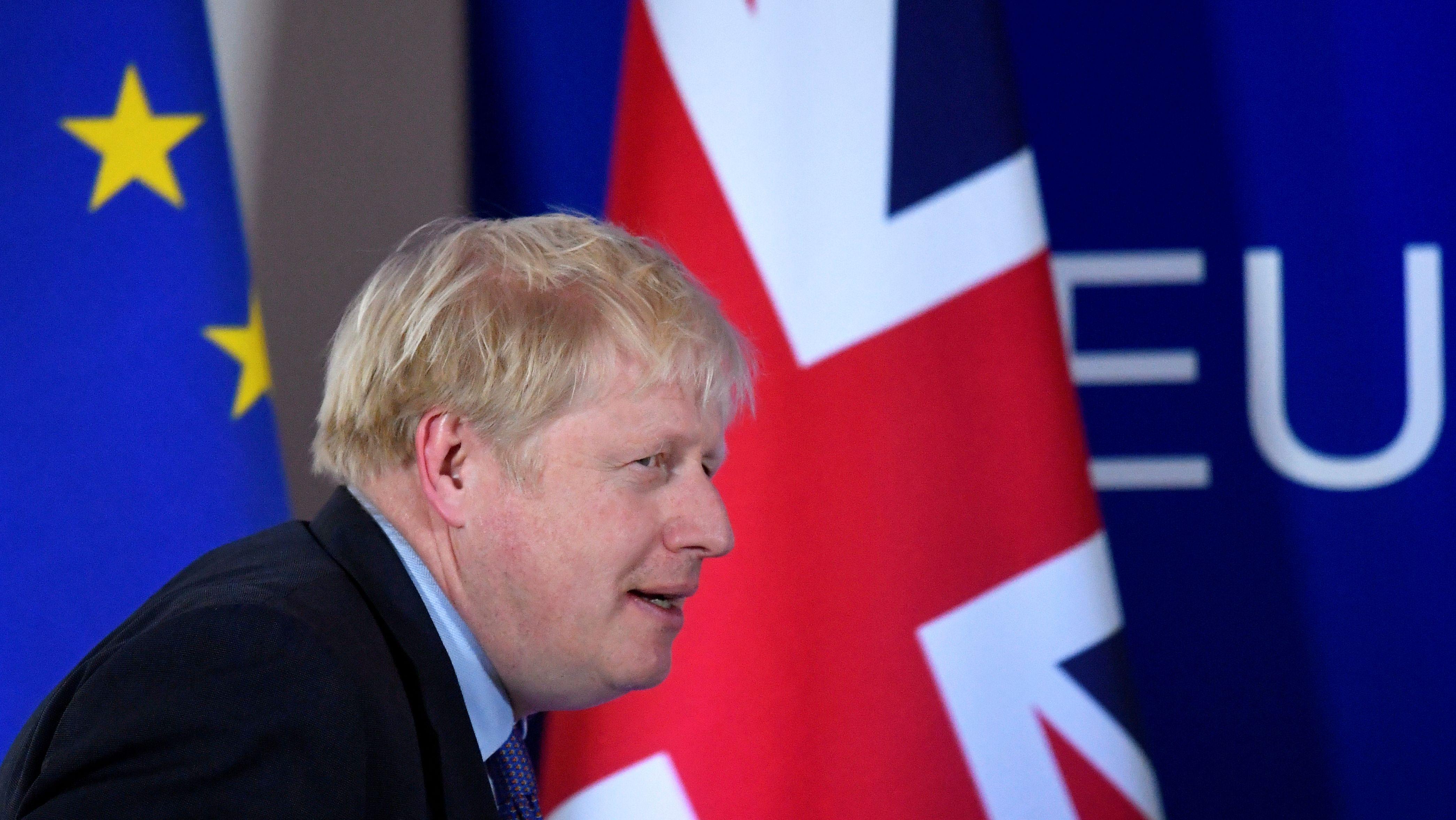 Der britische Premier steht beim EU-Gipfel am 17. Oktober in Brüssel vor Flaggen der EU und Großbritanniens.