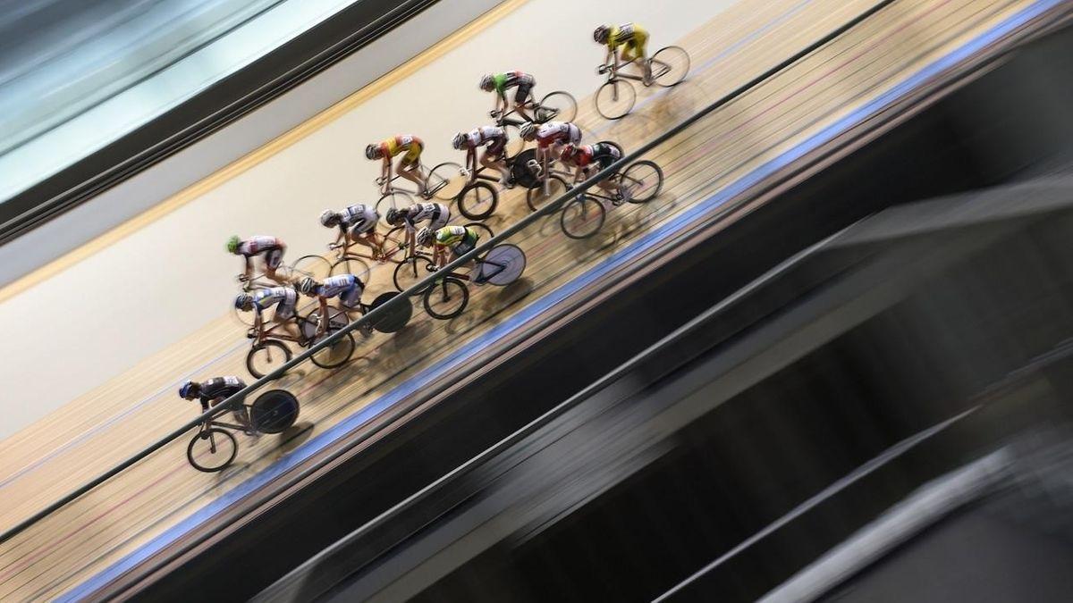 Radrennfahrer auf Radrennbahn