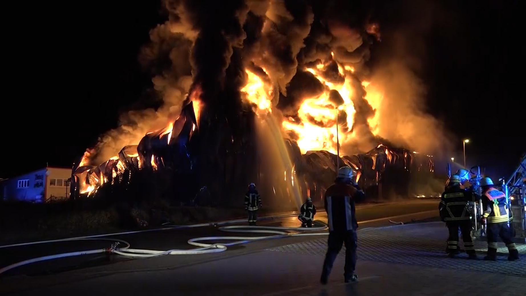 Millones de daños: incendio en la bodega de neumáticos Elsenfeld.