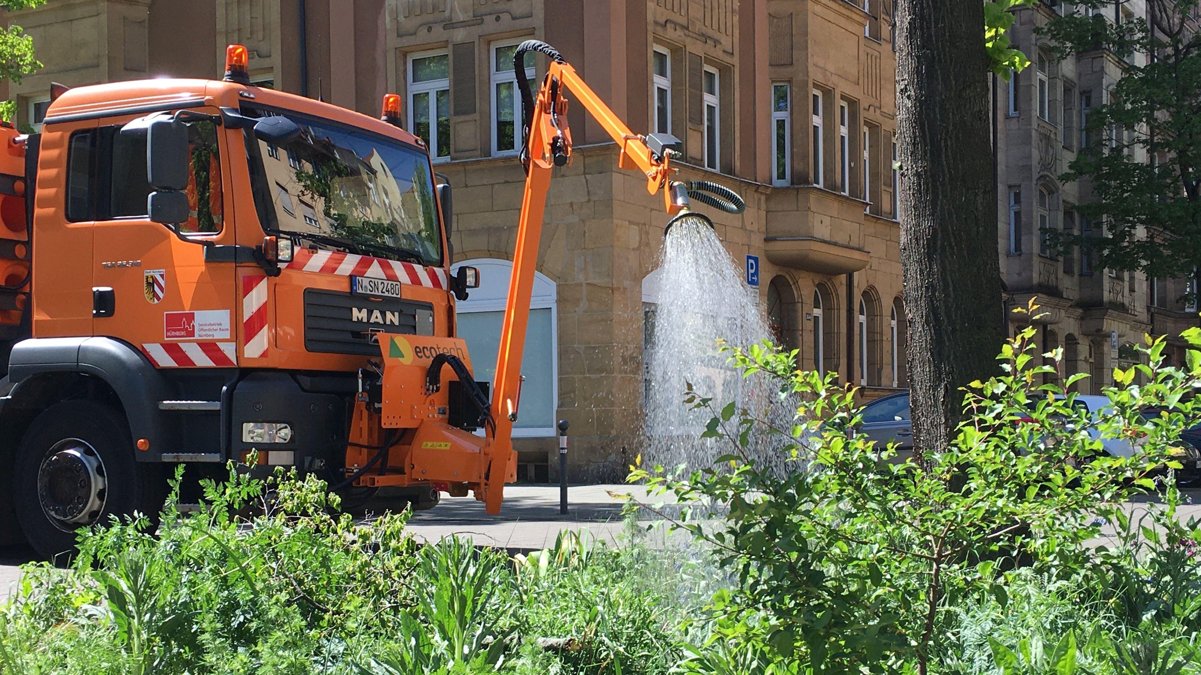 SÖR-Gießfahrzeug an einem Baum in Nürnberg