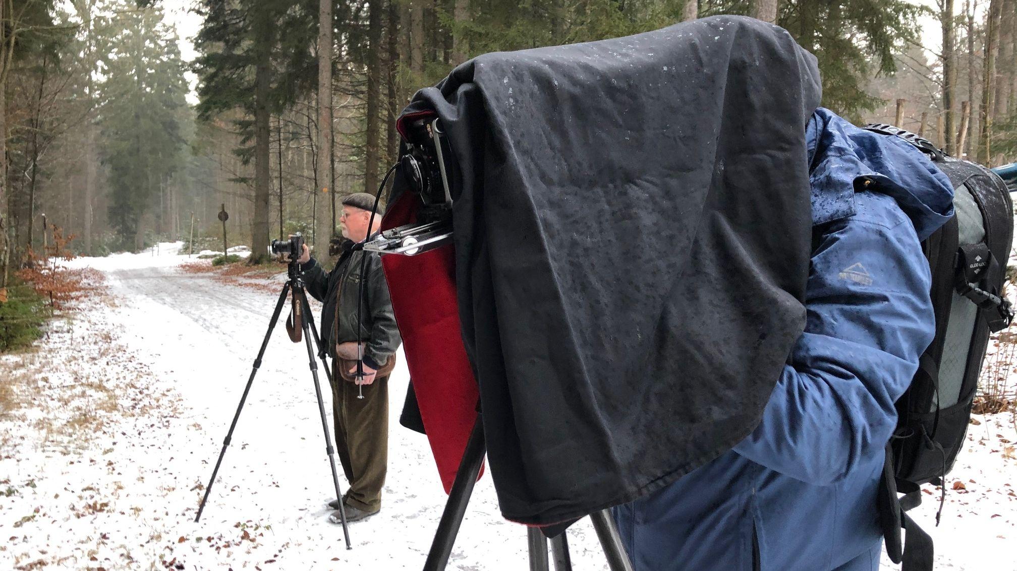 Ernst Herrmann  und Friedrich Saller auf der Suche nach dem perfekten Motiv im Wald