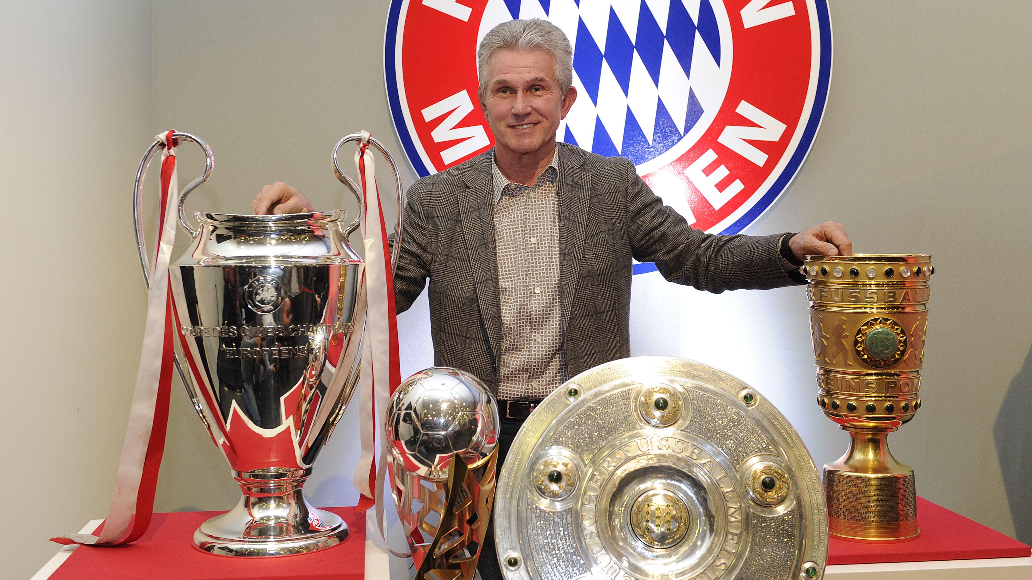 Jupp Heynckes 2013 mit Champions-League-Pokal,  DFL-Supercup, Meisterschale und DFB-Pokal