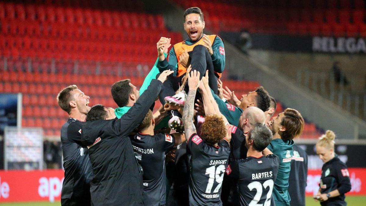 Claudio Pizarro wird von seinen Bremer Mitspielern nach dem Klassenerhalt gefeiert