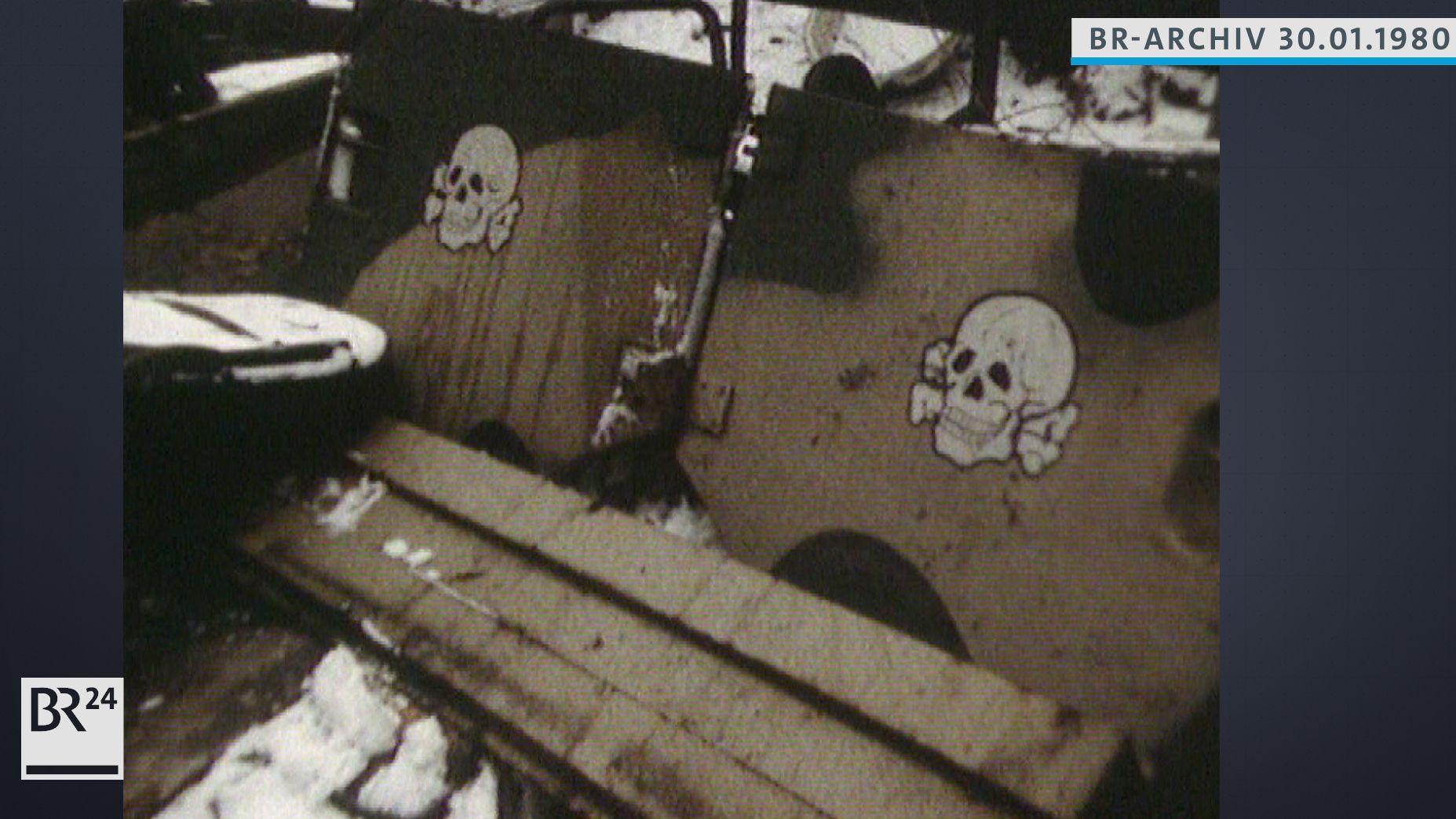 Panzerplatten mit Totenköpfen