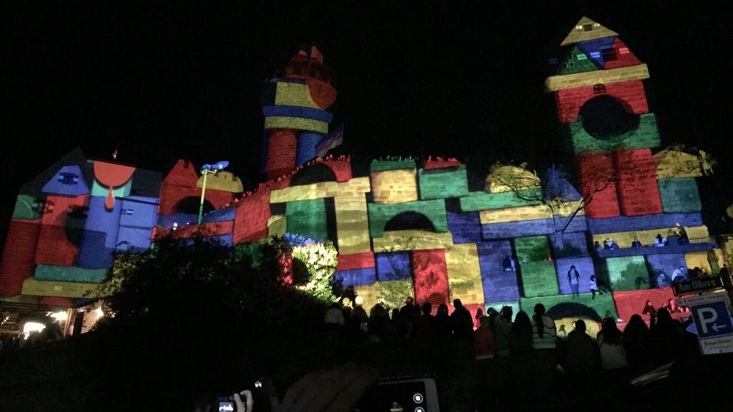 Bunt beleuchtete Kaiserburg bei der Blauen Nacht
