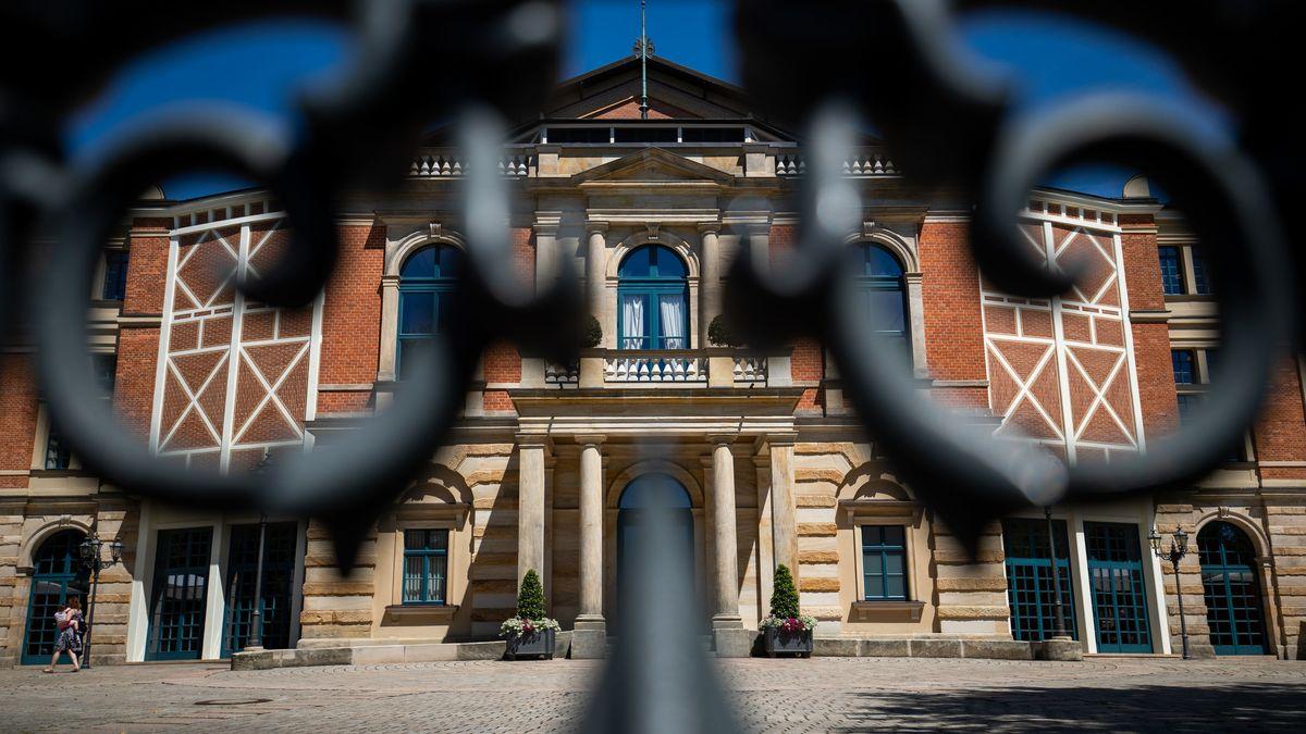 Das Bayreuther Festspielhaus - fotografiert durch einen schmiedeeisernen Zaun.