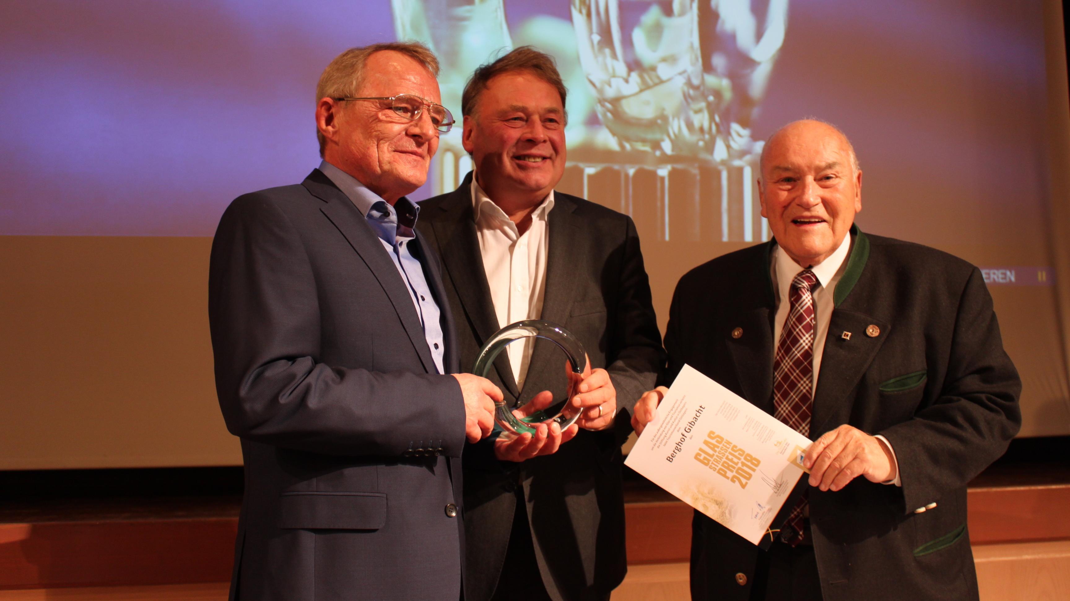 Ralph Wenzel (v.l.) erhält den Glasstraßenpreis 2018 vom ehemaligen Staatsminister Helmut Brunnder und Ernst Hinsken