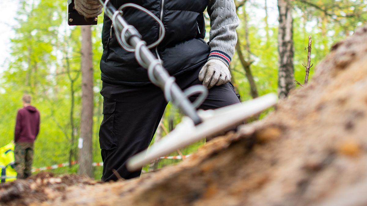 Symbolbild aus dem Archiv: Mann untersucht mit einem Metalldetektor einen Erdhügel. Archäologen des Landschaftsverbandes Westfalen-Lippe (LWL) haben im Stadtteil Sennestadt die Reste eines rund 2000 Jahre alten römischen Marschlagers freigelegt. Foto: