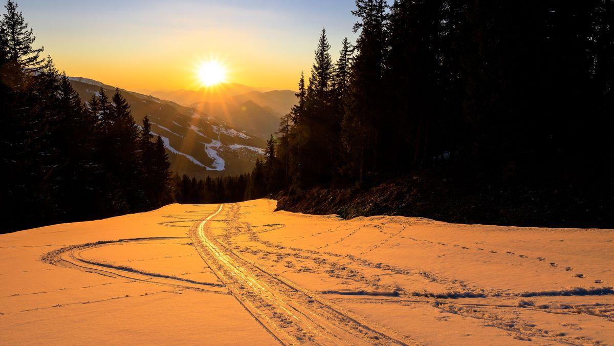 Sonnenuntergang in den beschneiten Bergen