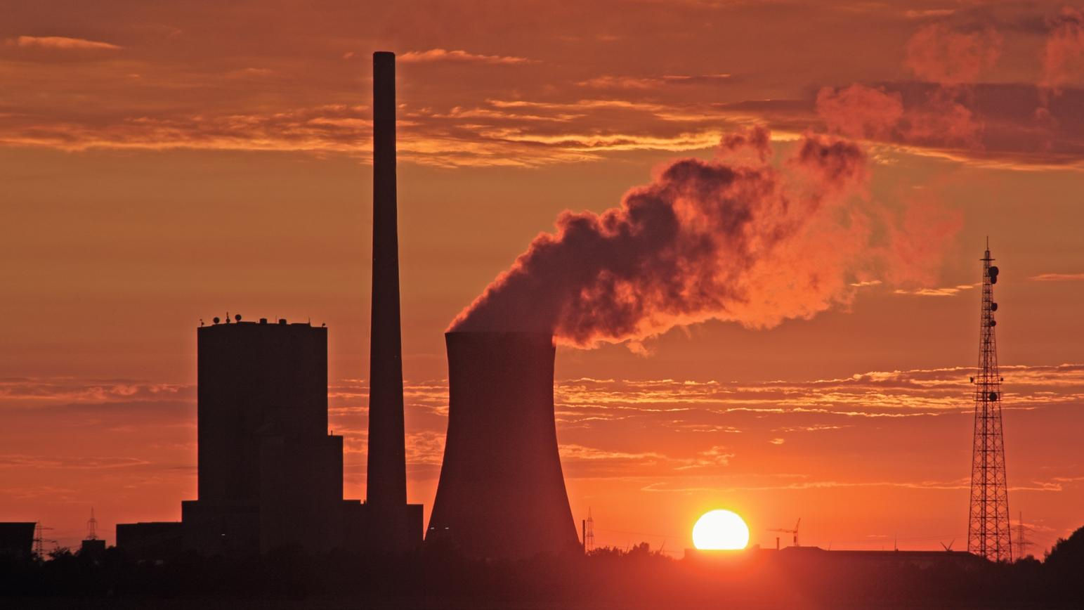 Kohlekraftwerk vor Sonnenuntergang.