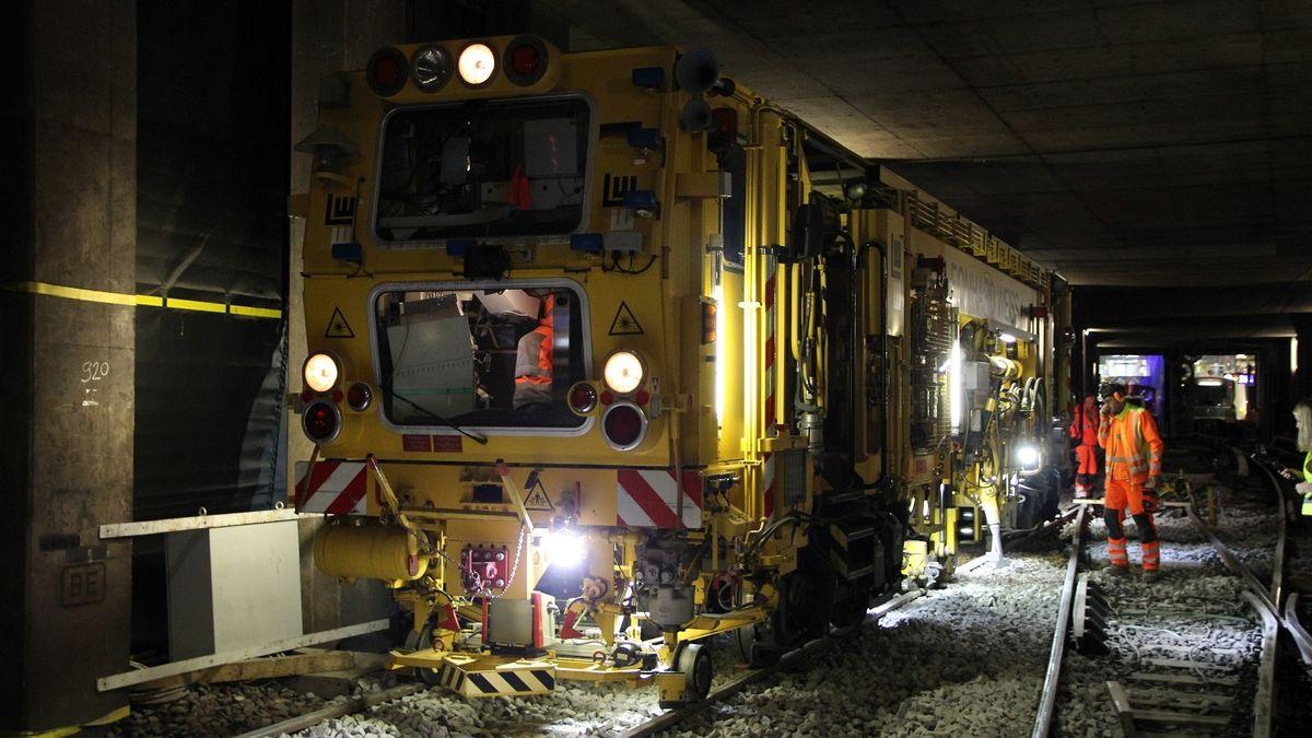 Einsatz einer Stopfmaschine auf einem der bereits erneuerten Gleise unter der Leopoldstraße. Sie richtet die Schienen abschließend aus und verdichtet den darunterliegenden Schotter, um einen stabilen und sicheren Fahrweg für die U-Bahnzüge herzustellen.