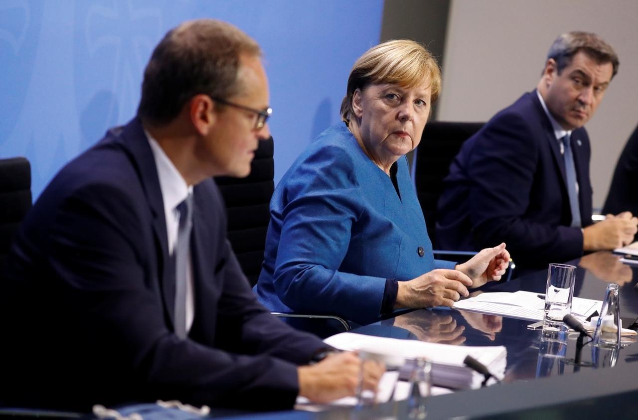 28.10.2020, Berlin: Bundeskanzlerin Angela Merkel (CDU), der bayerische Ministerpräsident Markus Söder (CSU) und Berlins Regierender Bürgermeister Michael Müller (l, SPD) geben eine Pressekonferenz im Kanzleramt nach einem Treffen mit den Ministerpräsidenten der Länder zum weiteren Vorgehen in der Corona-Pandemie. Foto: Fabrizio Bensch/Reuters Pool/dpa +++ dpa-Bildfunk +++