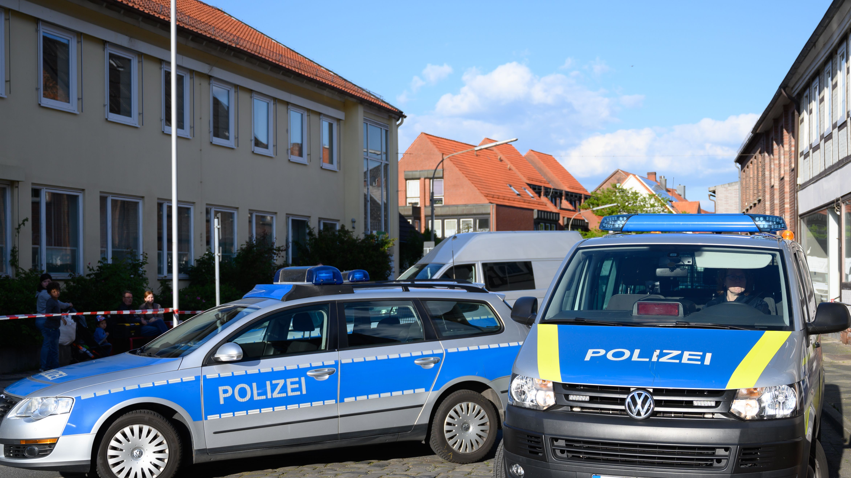 Einsatzfahrzeuge vor einem Wohnhaus