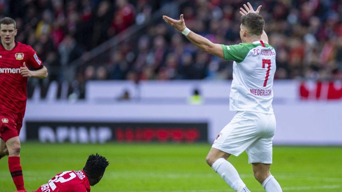 Florian Niederlechner regt sich auf.