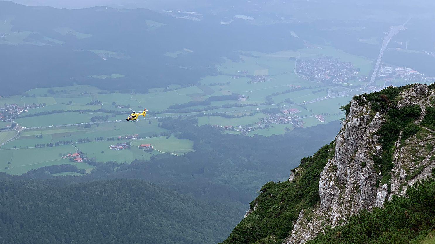 """Des Salzburger Notarzthubschraubers """"Christopherus 6"""" im Anflug auf den Pidinger Klettersteig"""