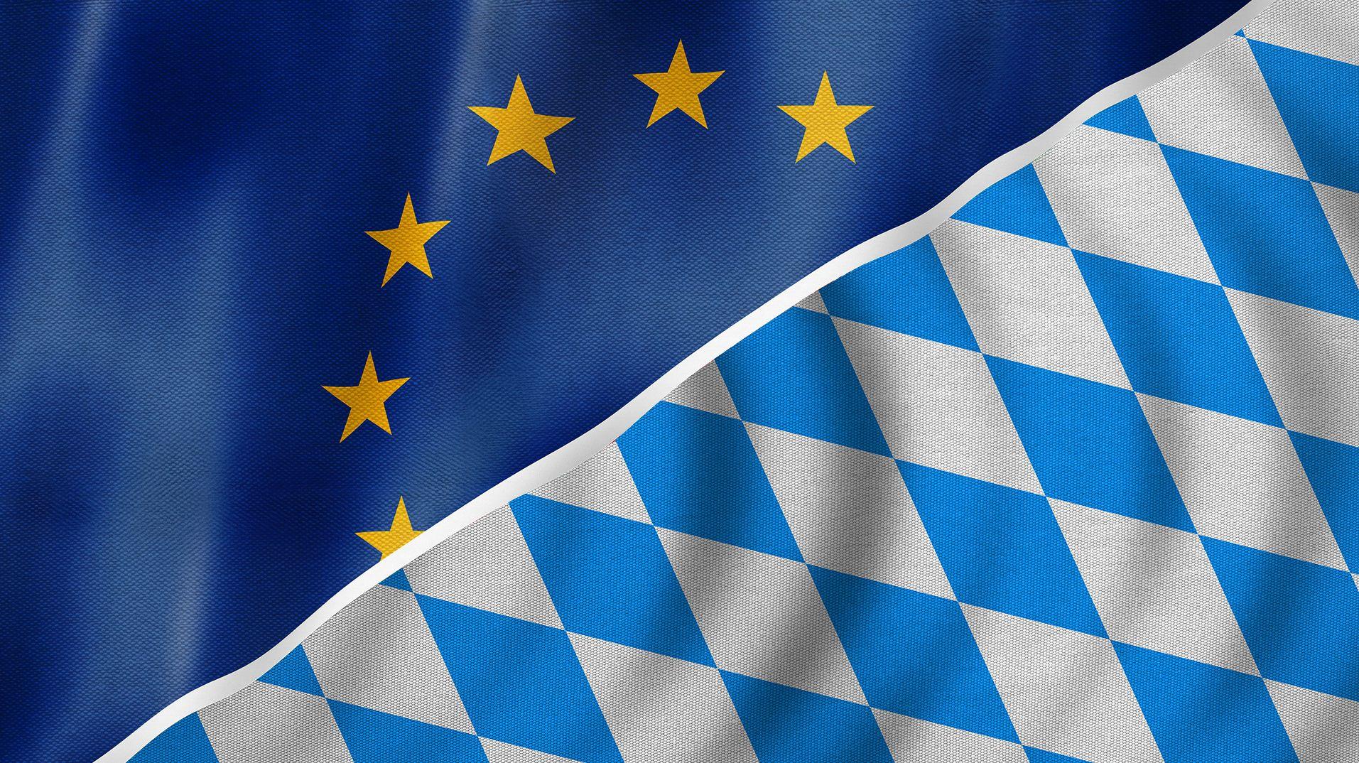 Eine EU-Flagge neben einer Bayern-Flagge