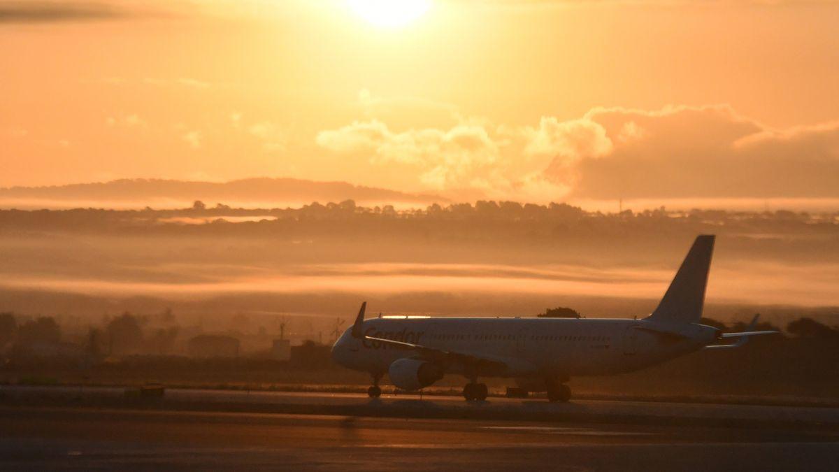 Startendes Flugzeug am Flughafen von Palma de Mallorca