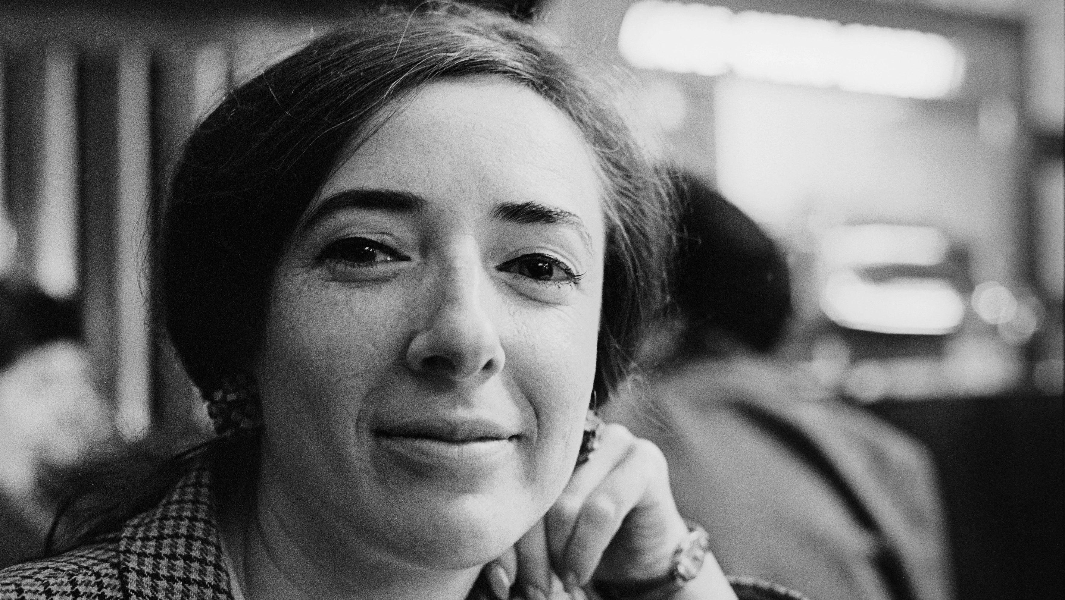 Eine schwarz-weiß Fotografie der österreichischen Schriftstellerin Elfriede Gerstl im Kaffeehaus, aufgenommen im Kaffeehaus 1970