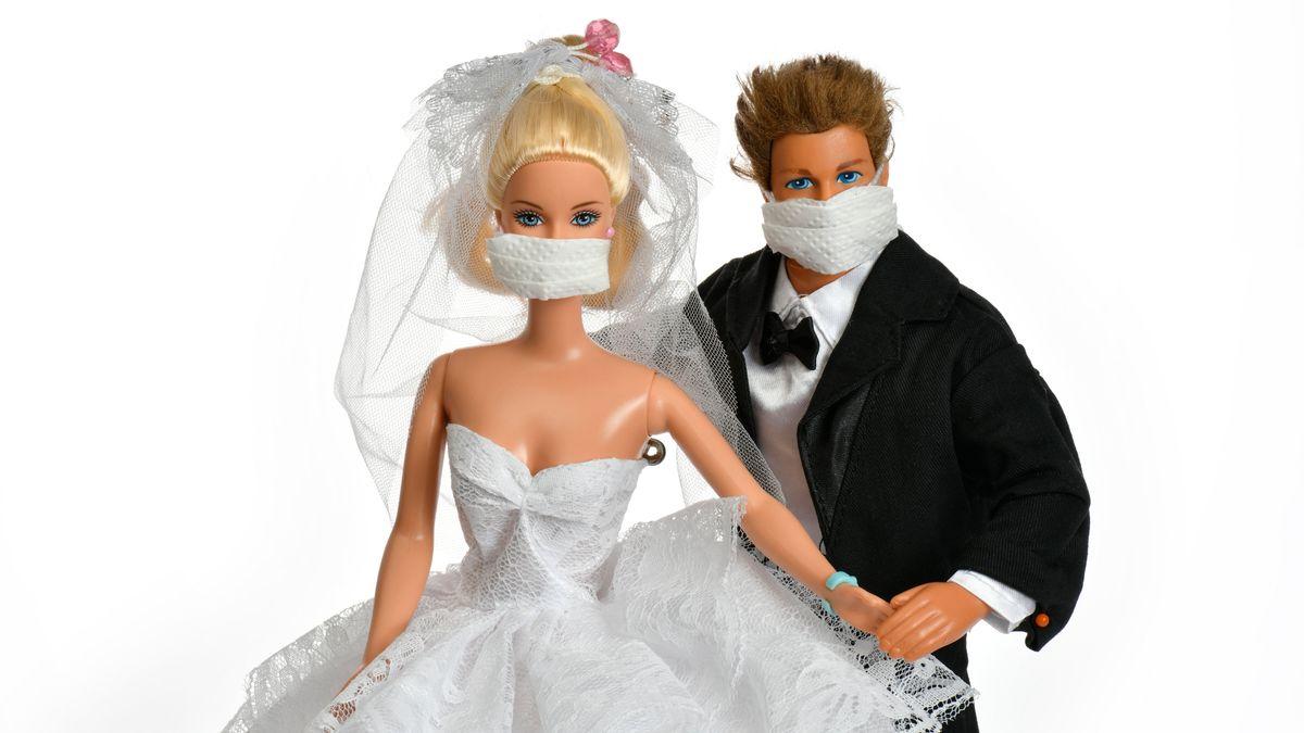 Symbolbild: Brautpaar mit Maske