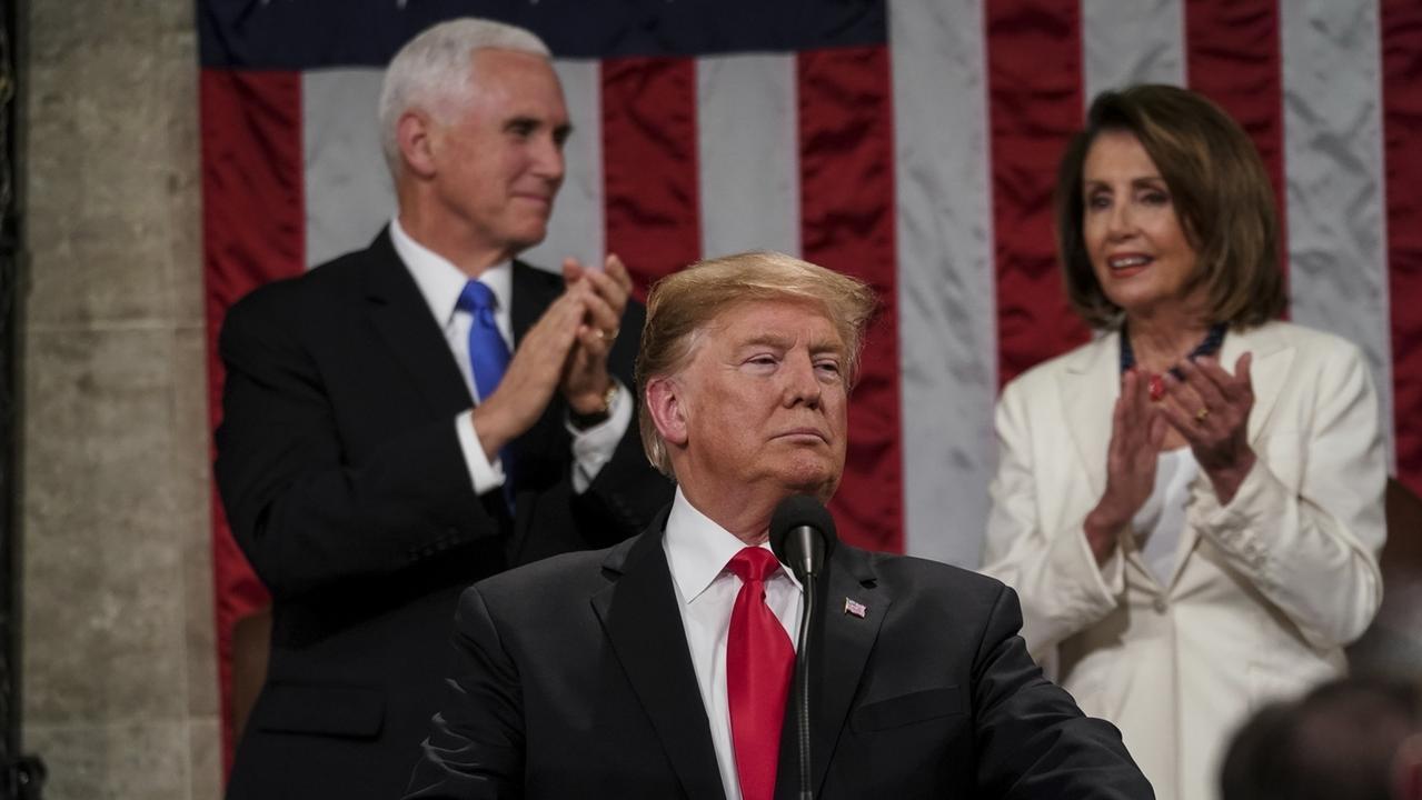 05.02.2019, USA, Washington: Donald Trump (M), Präsident der USA, hält seine Rede zur Lage der Nation vor dem Kongress im Kapitol. Im Hintergrund sitzen Demokratin Nancy Pelosi (r), Vorsitzende des Abgeordnetenhauses, und Mike Pence, Vizepräsident der USA.